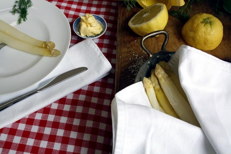 Friske hvide aspsarges med smør